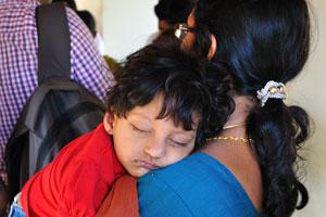 Ребёнок спит на плече матери