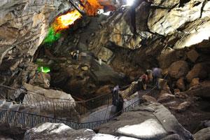 Путь внутри пещеры представляет собой серию лестниц вверх и вниз