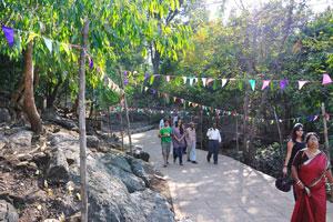 Путь к пещерам украшен праздничными флагами