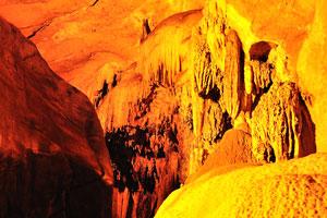 Вот некоторые большие известняковые сталактиты, которые я видел в пещере
