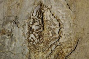 Природный рисунок на стене пещеры