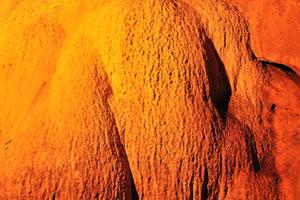 Толстый оранжевый сталагмит
