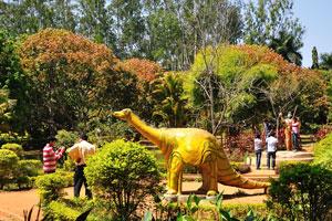 Статуя искусственного динозавра