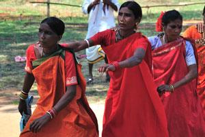 Танцовщицы двигаются небольшими шагами
