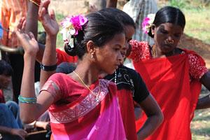 Танцовщицы одеты в одежду малинового и оранжевого цветов