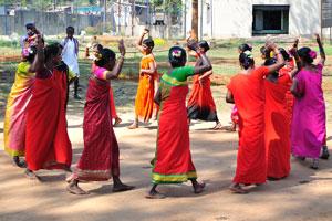Женщины танцуют по кругу