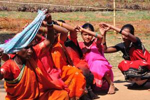 Женщины покачиваются из стороны в сторону во время танца