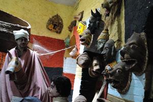 Маски животных на стене внутри музея