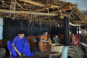 Женщины внутри сельского дома