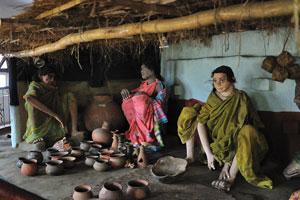 Сельский дом наполнен глиняными горшками