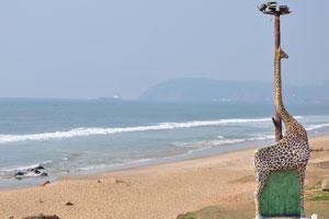 Искусственный жираф на берегу