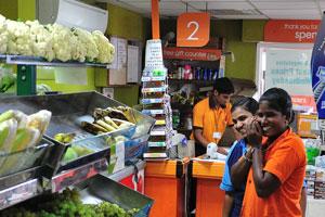 Супермаркет на Бич-роуд «молодые девушки продавщицы»