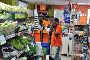 Супермаркет на Бич-роуд «молодые девушки продавщицы улыбаются»
