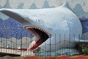 Вход в аквариум, сделанный в форме акульей головы
