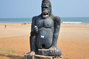 Искусственная горилла на пляже Рамакришна