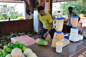 Процесс приготовления свежего дынного сока в кафе Амритха