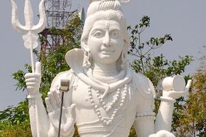 Главная достопримечательность парка Кайласагири это статуя Шивы и Парвати