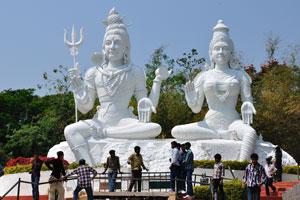 Внушительные идолы Шивы и Парвати сидят на холме Кайласагири