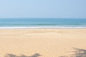 Песчаный пляж Агонда и голубое небо