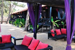 H2O Агонда: ресторан украшен чёрными диванами и красными подушками
