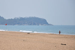 Красный флаг на пляже
