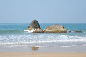 Огромные камни в воде на пляже
