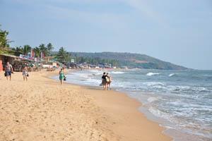Люди гуляют по берегу моря