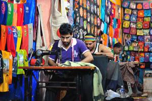 Вышивальщики на работе
