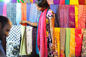 Молодая продавщица сари