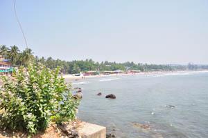 Вид на пляж от подножия северной скалы