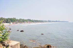 Скалы в воде в северной части пляжа