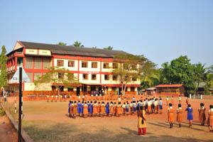 Средняя школа Богоматери на горе Кармель, школьный двор утром