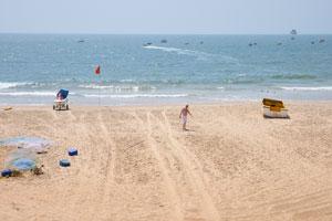Эта часть пляжа находится напротив будки спасателей