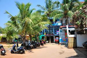 Гостевой дом Рыбака: главный вход и место для парковки