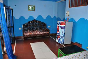 Номер с видом на море в гостевом доме Рыбака: диван в зале