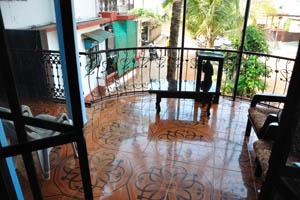 Номер с видом на море в гостевом доме Рыбака: вид во двор с балкона