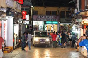 Универсальный магазин Ом Саи в начале переулка Тито