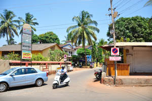 Информационное табло указывает на Бага Марина и дом отдыха Камелот