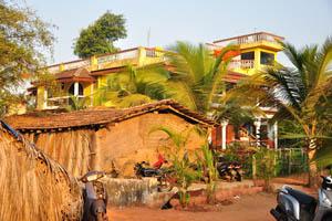 Эти здания находятся рядом с гостевым домом Рыбака
