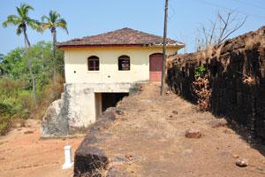 Здание у входа в форт