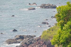 Скалы возле морского берега