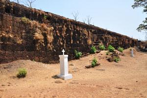 Белый крест и чёрная стена