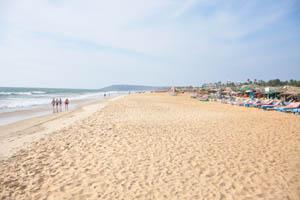 Пляж Бага находится вдалеке, в 3 км отсюда на север