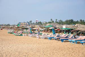 Солнечные зонты и шеки на пляже