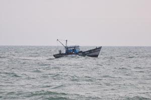 Небольшой корабль в океане