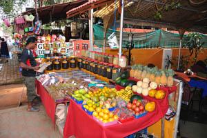 Чай и фрукты в магазине