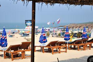 Пляж Кавелоссим: солнечные зонтики и лежаки
