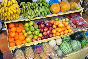 Фрукты: манго, папайя, маракуйя и клубника
