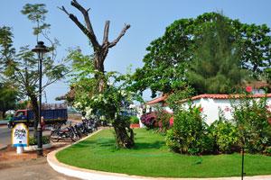 Зелёная лужайка рядом с пляжным домом отдыха Дона Сильвия