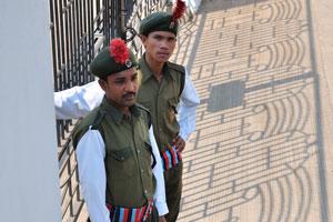 Элегантные охранники у ворот дома отдыха Рэдиссон Блю 5*